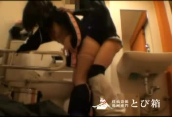 (個人撮影)多目的トイレでパコパコハメ撮りする学生カップル!